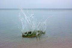Grande spruzzata su un'acqua di mare Immagini Stock