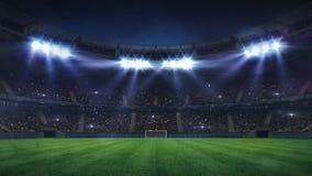 Grande stadio di football americano illuminato dai riflettori e dal campo da giuoco vuoto dell'erba verde immagini stock libere da diritti