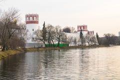 Grande stagno di Novodevichy accanto alle pareti ed ai posti di guardia antichi del convento di Novodevichy a Mosca Immagini Stock