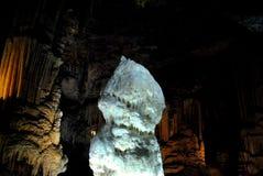 Grande stalagmite blanche Photo libre de droits