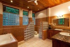 Grande stanza da bagno moderna Fotografia Stock Libera da Diritti