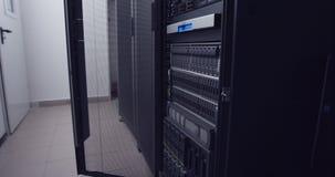 Grande stanza del server del centro dati stock footage