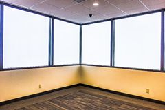 Grande stanza vuota luminosa con tappeto, il modanatura e le finestre immagini stock