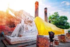 Grande statua bianca di Buddha che indossa un cappotto e una pagoda gialli con luce solare a Wat Yai Chaimongkol, si Ayutthaya, T fotografie stock libere da diritti