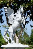 Grande statua del cavallo bianco nel parco della città fotografia stock libera da diritti
