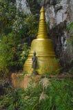 Grande statua di Budda e del mortaio (stupa) nel panteon immagini stock