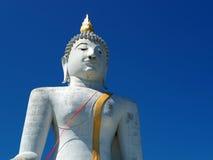 Grande statua di Buddha che sale nel cielo blu Fotografie Stock Libere da Diritti