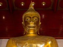Grande statua di Buddha dell'oro Fine in su Tempio di Bophit del khon di Wat Mong simbolo del posto di Ayutthaya Tailandia del pu fotografia stock libera da diritti