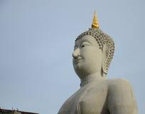Grande statua di Buddha su cielo blu Fotografia Stock