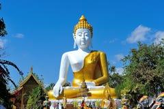 Grande statua di Buddha a Wat Doi Kham Fotografia Stock