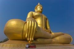 Grande statua dorata del Buddha Fotografie Stock Libere da Diritti