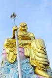Grande statua dorata di bodhisattva con cielo blu Immagine Stock