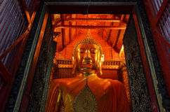 Grande statua dorata di Buddha Immagine Stock