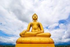 Grande statua dorata di Buddha sul fondo nuvoloso del cielo blu Fotografia Stock Libera da Diritti