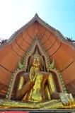 Grande statua dorata Tiger Cave Temple di Buddha o sua del tham di Wat in Kanchanaburi Tailandia immagini stock libere da diritti
