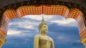 Grande grande statua potente di Buddha nel colore dell'oro con il bello lasso di tempo del cielo con nuvoloso al fondo di tempo d stock footage