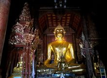 Grande statue brillante de Bouddha dans un temple Images stock