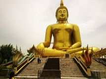 Grande statue d'or de Bouddha au temple Ang Thong Province, THAÏLANDE de WAT MUANG Muang photos stock
