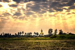 Grande statue d'or de Bouddha dans Wat Maung Temple Photographie stock