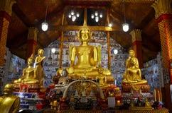 Grande statue d'or de Bouddha pour la prière et le respect de personnes photos stock
