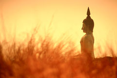 Grande statue de Bouddha au crépuscule, muang de Wat, Thaïlande Images libres de droits