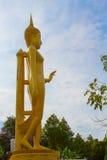 Grande statue de Bouddha au-dessus de fond scénique de ciel bleu chez Wat Klong r Photo libre de droits