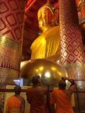 Grande statue de Bouddha au temple de Wat Phanan Choeng photographie stock