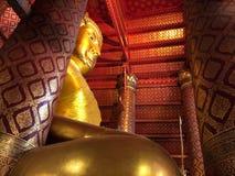 Grande statue de Bouddha au temple de Wat Phanan Choeng images libres de droits
