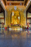 Grande statue de Bouddha d'or dans le temple de Birman de Dhammikarama Image stock