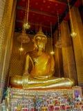 Grande statue de Bouddha dans le temple avec la peinture murale Photos stock