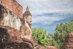 Grande statue de Bouddha et beau fond Photos stock