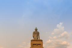 Grande statue de Bouddha sur le ciel de nuage Image libre de droits