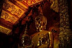 Grande statue de la séance de Bouddha d'or Photo stock