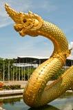 Grande statue de Naga sur l'étang Photos libres de droits