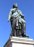 grande statue du compositeur Mozart avec le fond du bleu Photographie stock