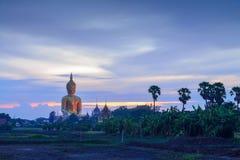 Grande statue géante de Bouddha en Thaïlande au temps crépusculaire Photographie stock libre de droits