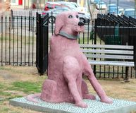 Grande statue rose de chien Photos stock