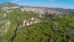 Grande stazione turistica situata sulle colline verdi fertili circondate da catena montuosa archivi video