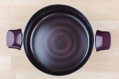 Grande Stewpot rivestito, cucinante vaso nel colore vermiglio porpora scuro coo fotografia stock libera da diritti