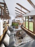 Grande studio del salone con un cucinino e un balcone in Fotografie Stock