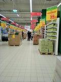Grande supermercado de Salão com notificações dos discontos e das vendas, produtos arquivando fotografia de stock