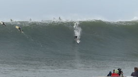 Grande surfista Joshua Ryan Surfing Mavericks California di Wave stock footage