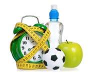 Grande sveglia verde con le piccole palle e bottiglia di acqua Fotografie Stock Libere da Diritti