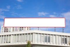 Grande tabellone per le affissioni in bianco in città, circondata immagini stock
