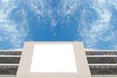 Grande tabellone per le affissioni in bianco su una parete della via, insegne con stanza aggiungere il vostro proprio testo Fotografia Stock