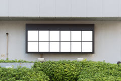Grande tabellone per le affissioni in bianco su una parete della via, insegne con stanza aggiungere il vostro proprio testo Fotografie Stock