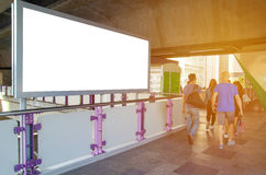 grande tabellone per le affissioni in bianco sul passaggio con il fondo di vista della città immagini stock