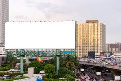 Grande tabellone per le affissioni in bianco sulla strada con il fondo di vista della città Fotografia Stock Libera da Diritti
