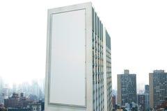 Grande tabellone per le affissioni sulla parete di una costruzione nei precedenti della t Fotografie Stock