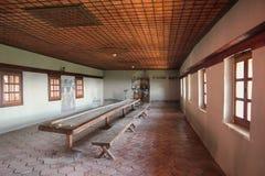 Grande table où les moines mangent Photo stock